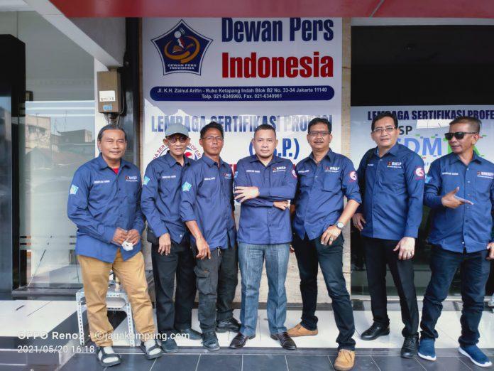 Keterangan Foto : Heintje Mandagi, di tengah, diapit para asesor kompetensi wartawan LSP Pers Indonesia